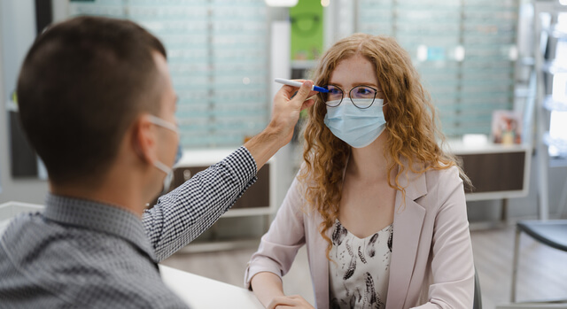 girl trying a new pair of eyeglasses 640x350 1