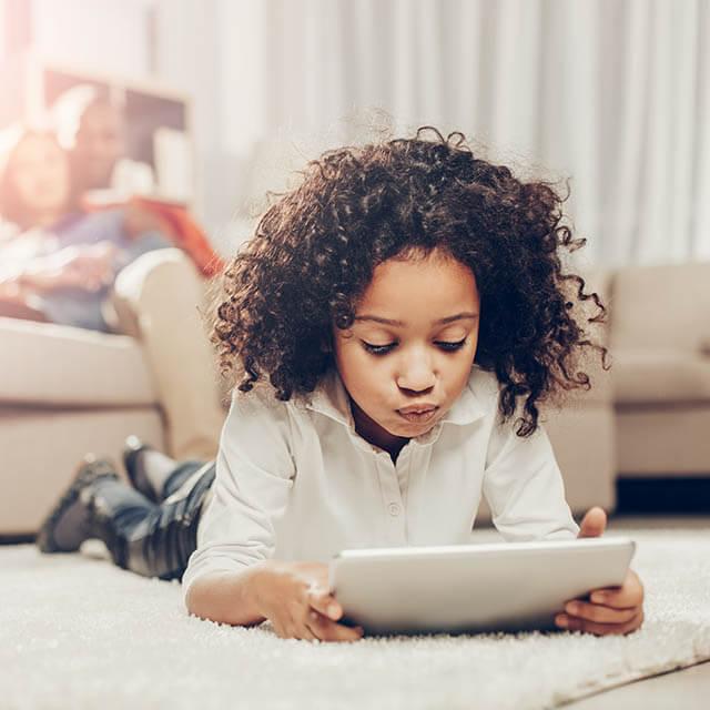 girl looking at screen 640.jpg