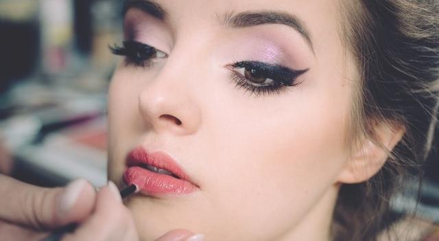 woman-putting-on-makeup-640x350-1