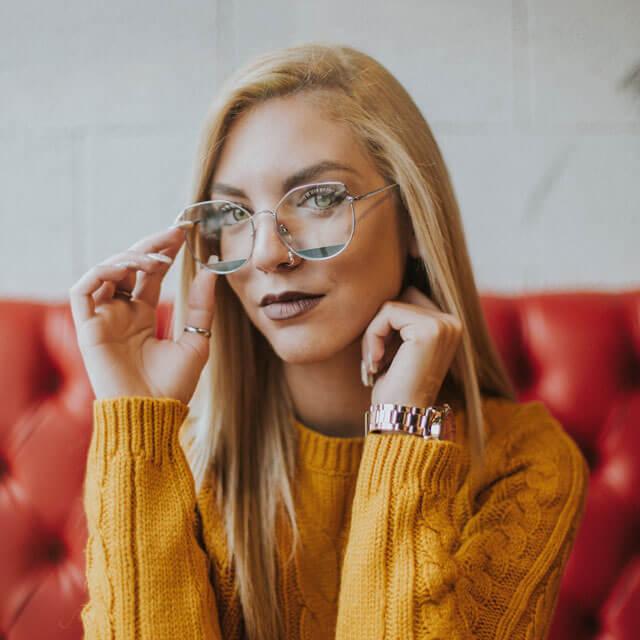 girl glasses red sofa_640