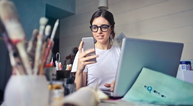 woman browsing a smartphone 640