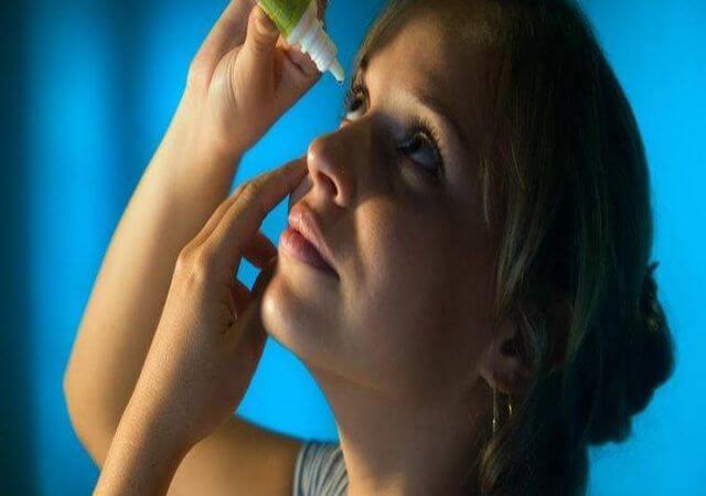 Lady putting in eyedrop1