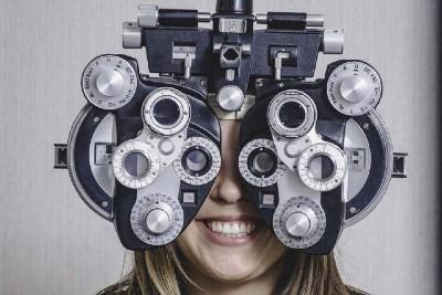 girl_eye_exam2 bkground_sm400 1