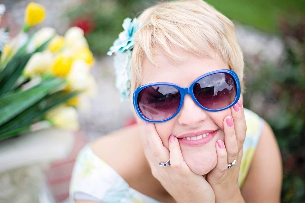 sunglasses-woman-flowers