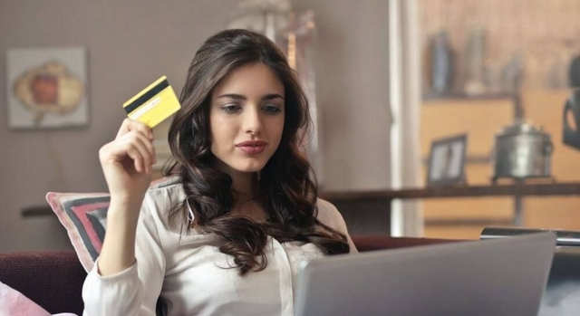 woman doing online shopping 640