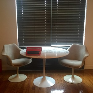 Saarinen tulip dining table 48%22   2 chairs