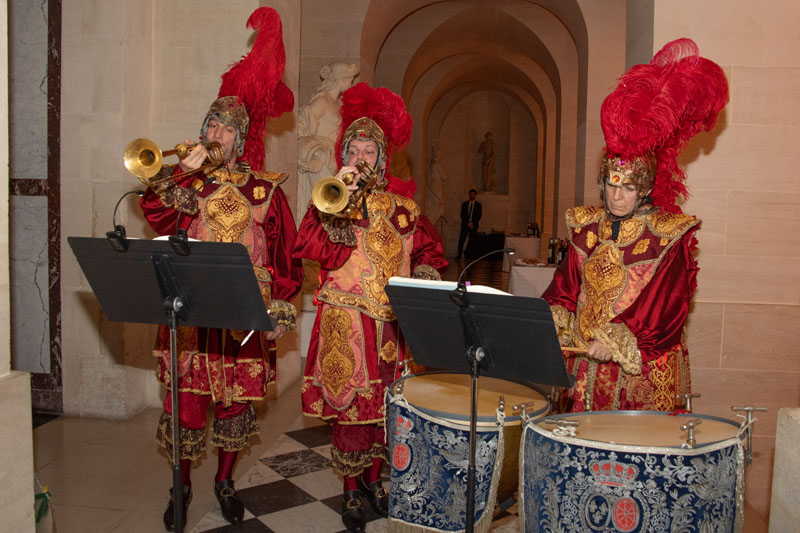 A Baroque musical trio entertained guests in the style of the court of Louis XIV.