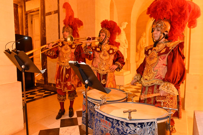Musicians played drums and trumpets in the style of the court of Louis XIV.