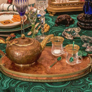 This maximalist tabletop show enhances an iconic mid-century home