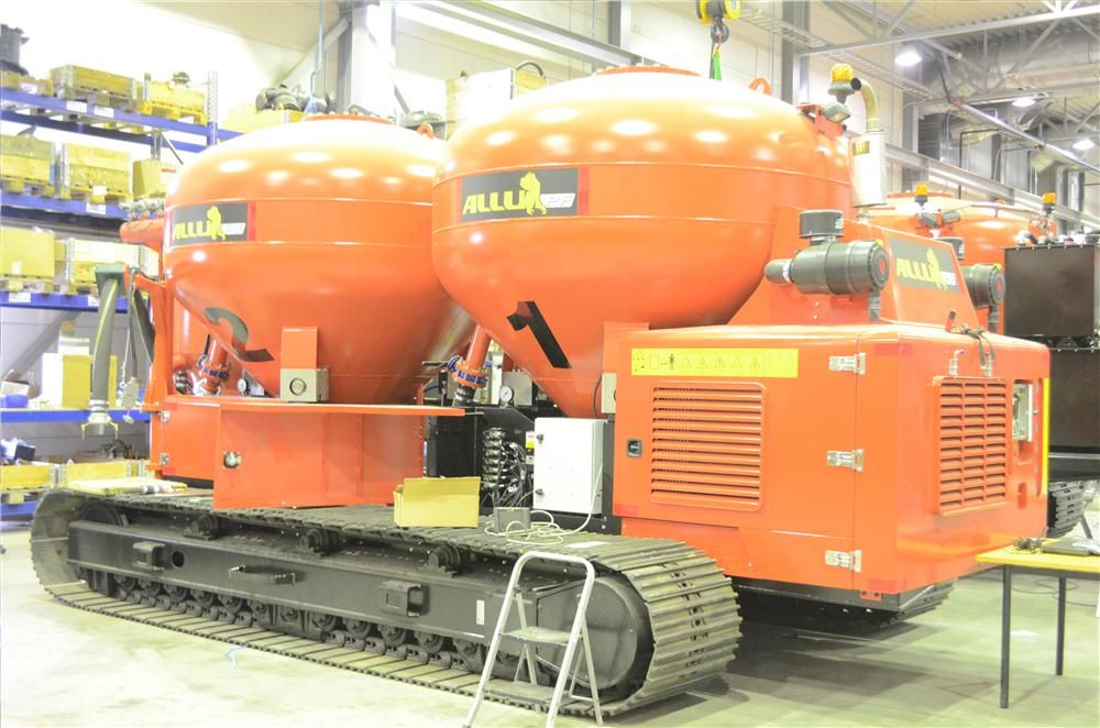 ALLU PF pressure feeder is a track driven unit, equipped with its own engine. By using compressed air, it feeds the binder into the ground right in the middle of the mixing drums of the ALLU power mixer.