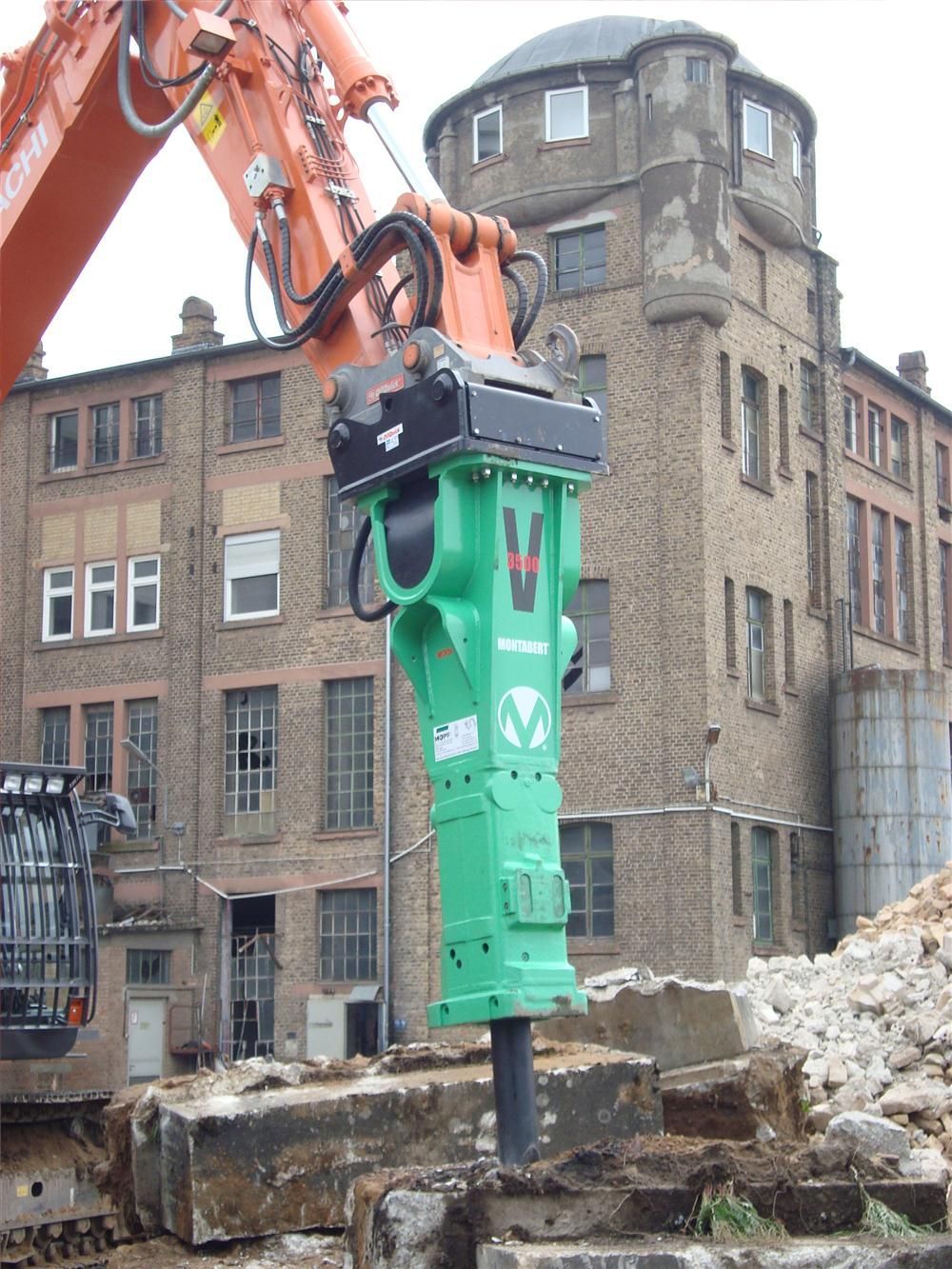 Designed for use on large excavators ranging in size from 35 to 60 tons (31.7 to 54 t), the 8,071-lb. (3,661 kg) hydraulic breaker delivers up to 710 blows per minute.