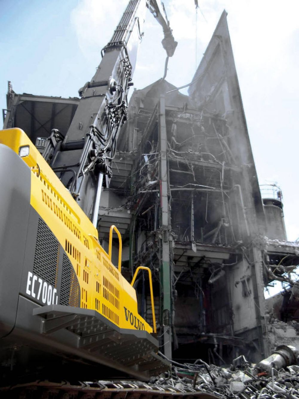 The EC700CHR offers a 105 ft. (32 m) reach, and joins the Volvo EC380DHR and EC480DHR in the high-reach line-up.
