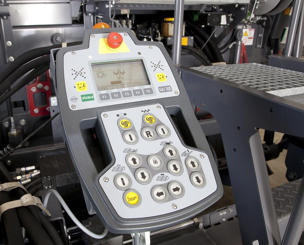 The Vögele VF 500 extending screed is extremely easy to operate due to ErgoPlus.