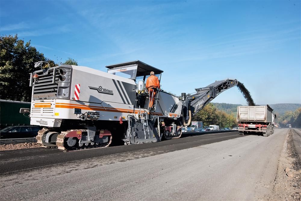 The W 250 is able to mill large job sites on dual-lane highways — or airport runways — at top speed. The Wirtgen W 250 can remove asphalt layers with a milling depth of up to 13.8 in. (35 cm).