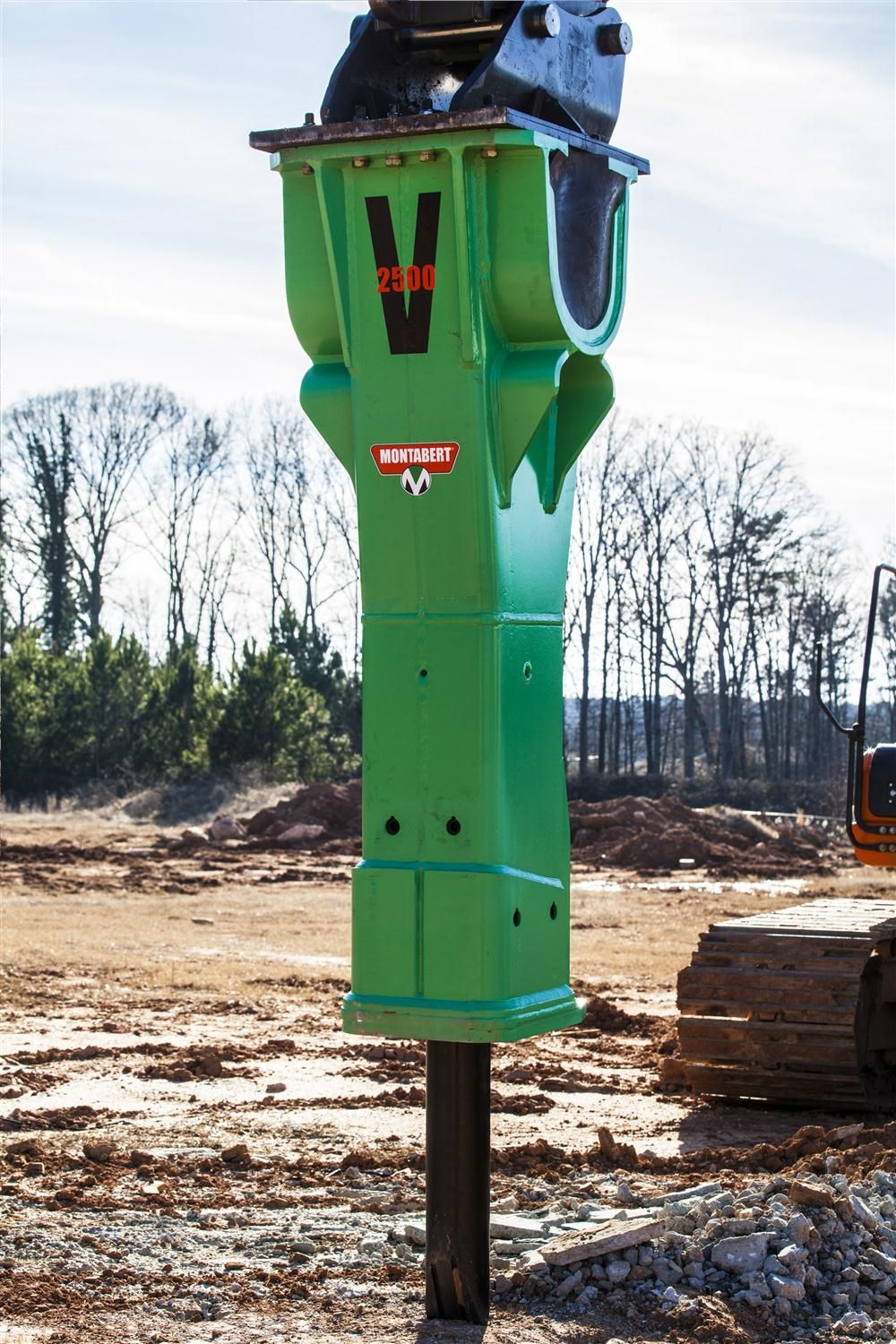 The V1800 and V2500 feature a new heavy-duty housing that reflects the design of larger two-speed models, as well as the design of fully variable Montabert hydraulic breaker models. In addition, the hydraulic breakers' fully enclosed heavy-duty crad