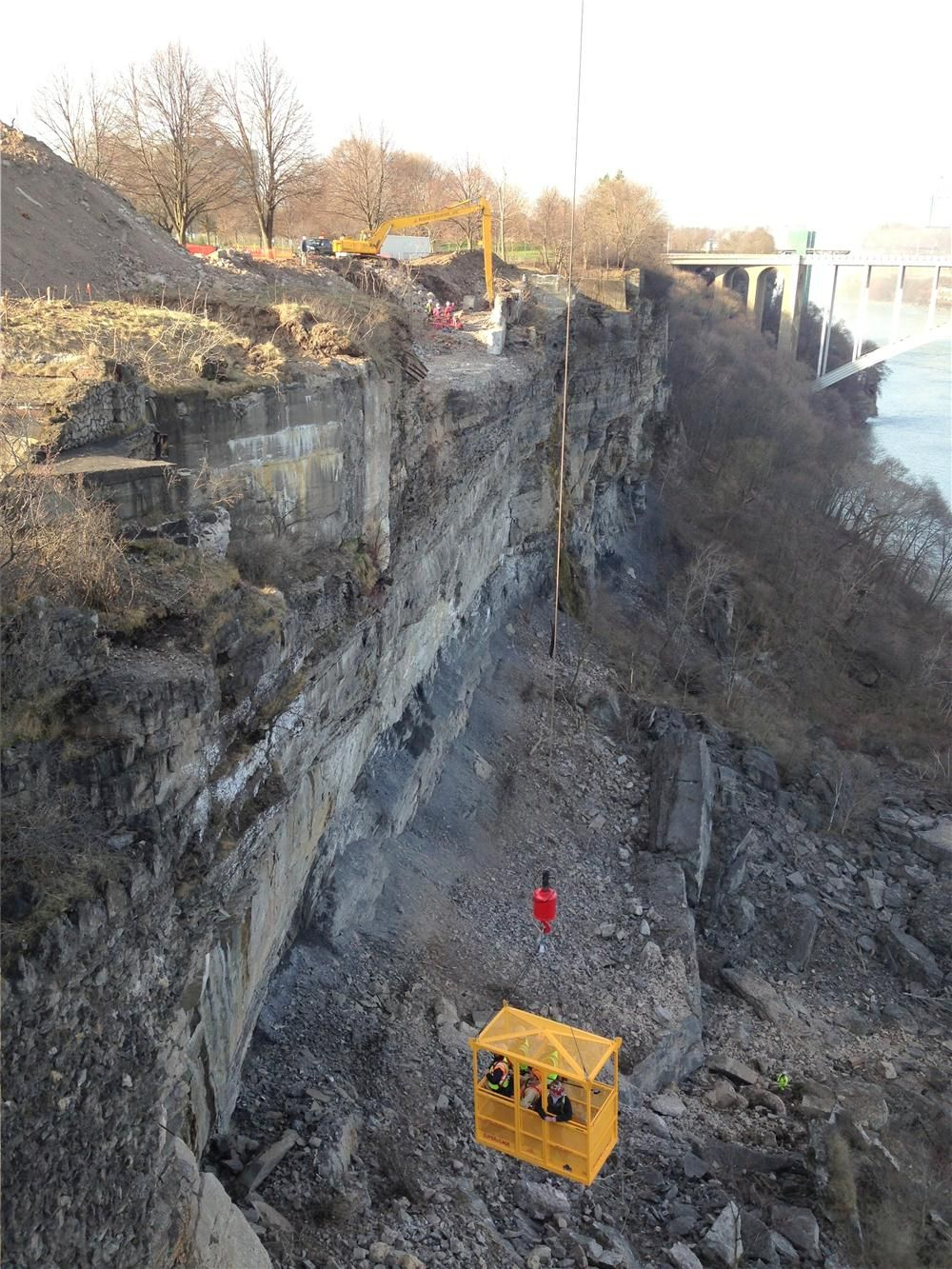 The work site is less than a mi. from Niagara Falls and the misty coolness generated by the falls sometimes produces marginal conditions. On windy days, the gondola was susceptible to swaying.