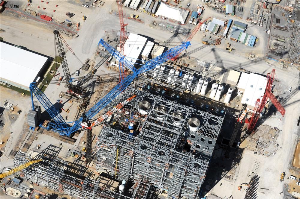 Performance Contractors Inc. is using heavy lift cranes, including 160-ton (145 t), 200-ton (181 t), 275-ton (249 t) and 300-ton (272 t) crawler cranes and transporters for installation of the major process equipment.