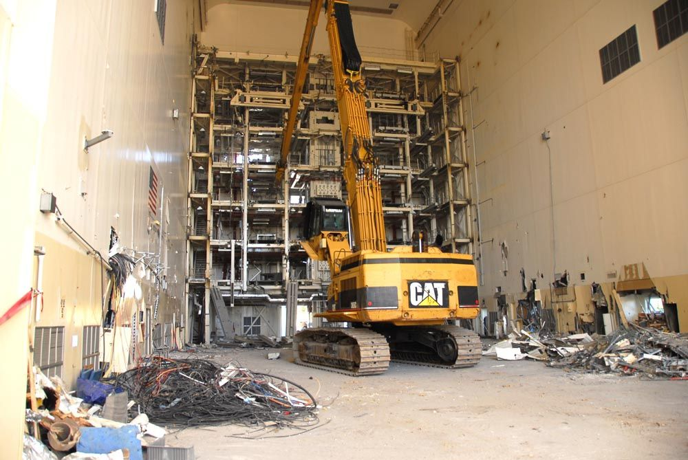 A Cat 365 UHD removing a 105-ft. (32 m) service structure.