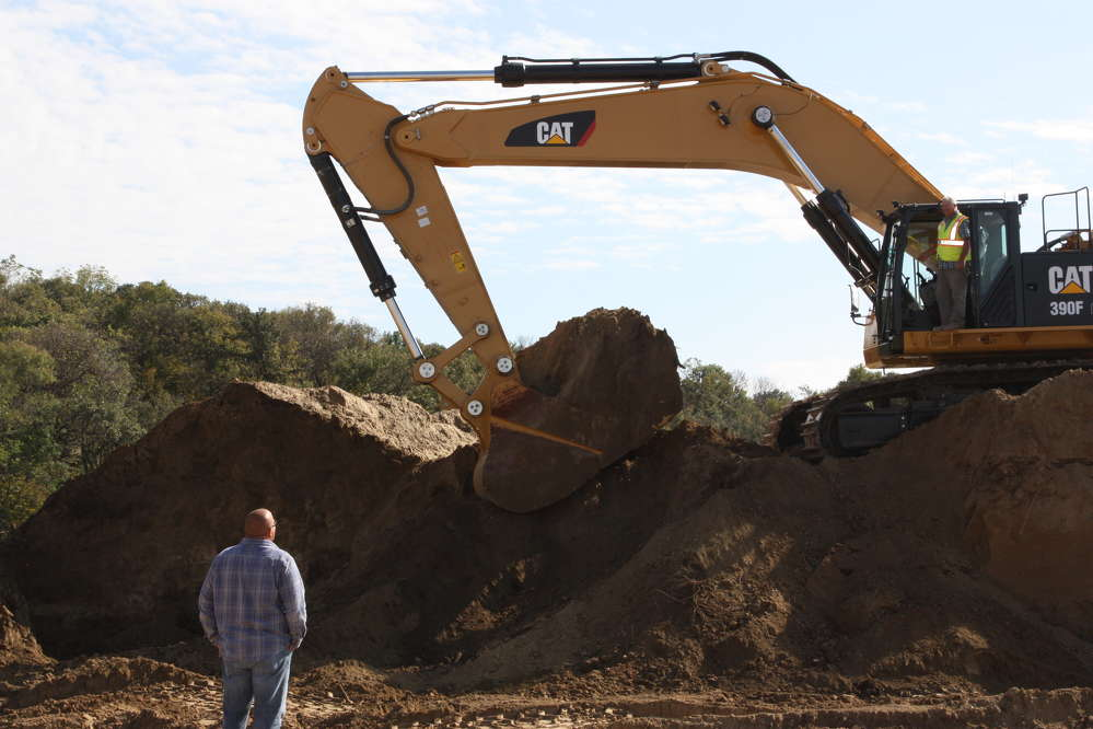 Gary and Dan Pink of Pink Grading discuss the maiden dig of the Cat 390F excavator.