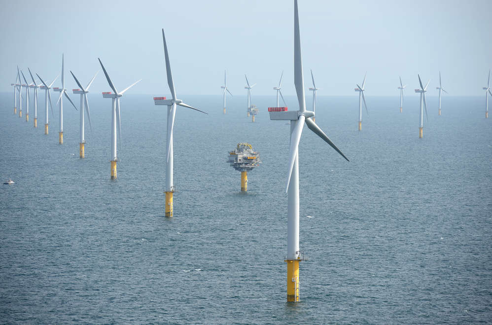 A New York utility plans to construct a wind farm off eastern Long Island that would be the nation's largest offshore wind-energy project, three times as large as one scheduled to go online this year off Rhode Island.