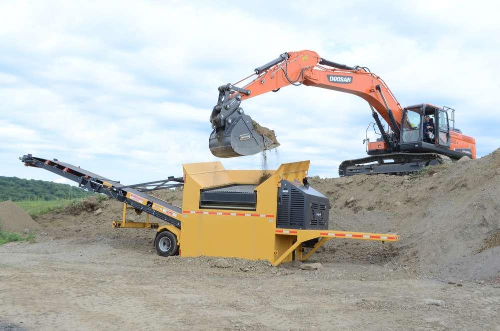 A Doosan DX350LC was screening soil using a VibroScreen SCM-40C.