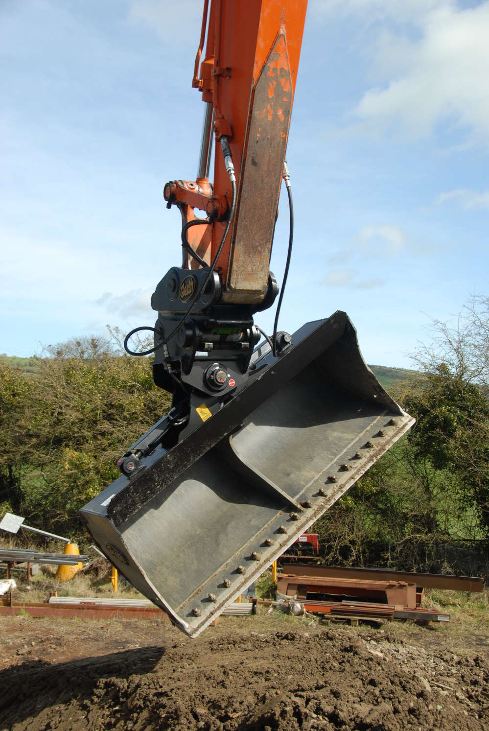 Geith tilt buckets angle up to 45 degrees in either direction, enabling operators to complete slope finishing, land clearing and grading with greater ease.