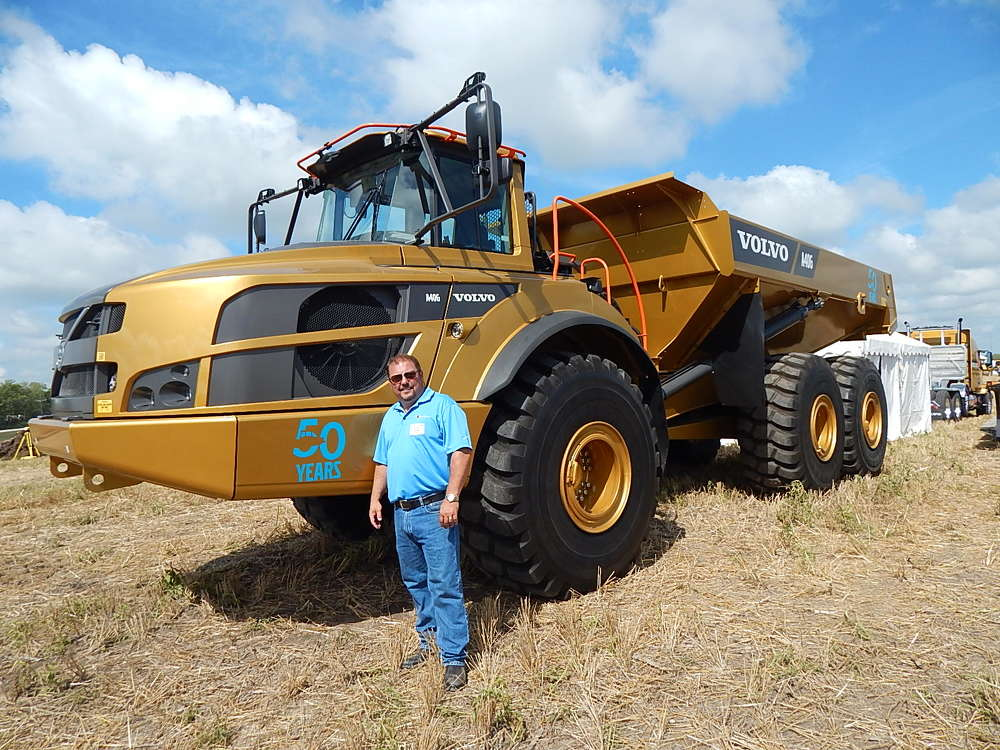 Doug Wilson, division manager, Scott Van Keppel,  Ankeny, Iowa, admires the Volvo 50th Anniversary A406 43-ton (39 t) articulated hauler.