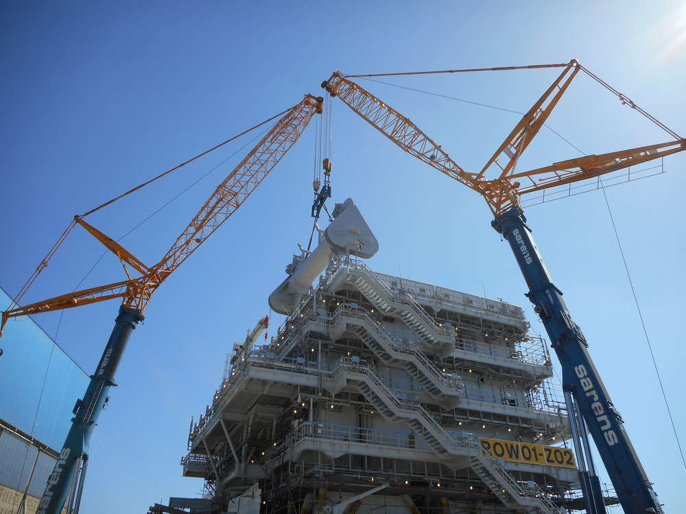 To avoid the potential of weight overload on one of the cranes, Sarens' lift plan included positioning a 176-ton (160 t) capacity swivel beam in between the spreader bar and the cranes' hook blocks.