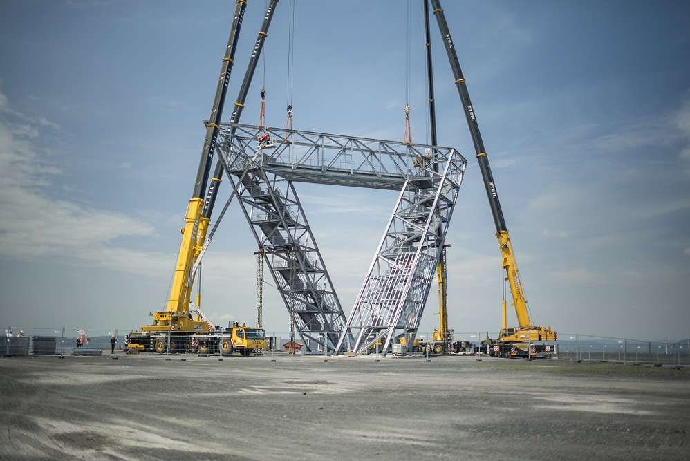 On June 7, 2016, a Terex AC 200 crane and a AC 350 crane owned by Steil lifted the 35-meter-long, 60-tonne observation deck for the Saarpolygon together with two other cranes.