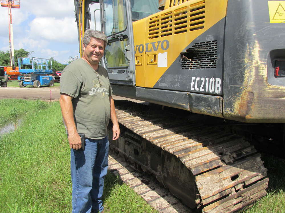 Ed Watkins of Watkin's Power Packs in Spring, Texas, gives this Volvo EC210B a good inspection.