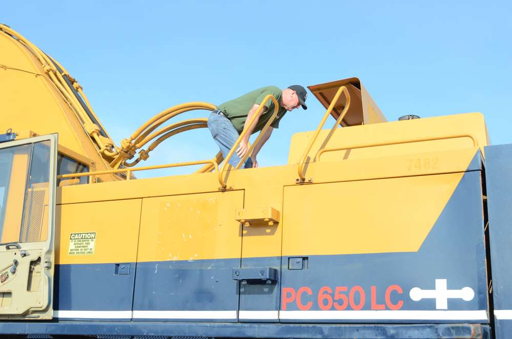 Ian Hindle, an employee of Ratoskey & Trainor Inc., King of Prussia, Pa., takes a closer look at this Komatsu PC650LC excavator.