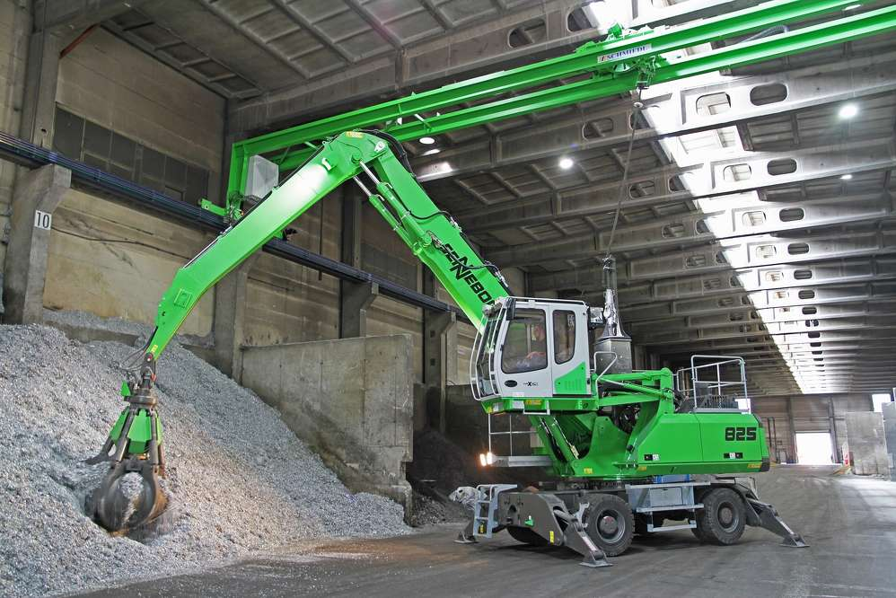 Using a ceiling trolley to supply power, this Sennebogen 825 M electric material handler can range freely throughout Nickelhütte's indoor recycling facility.