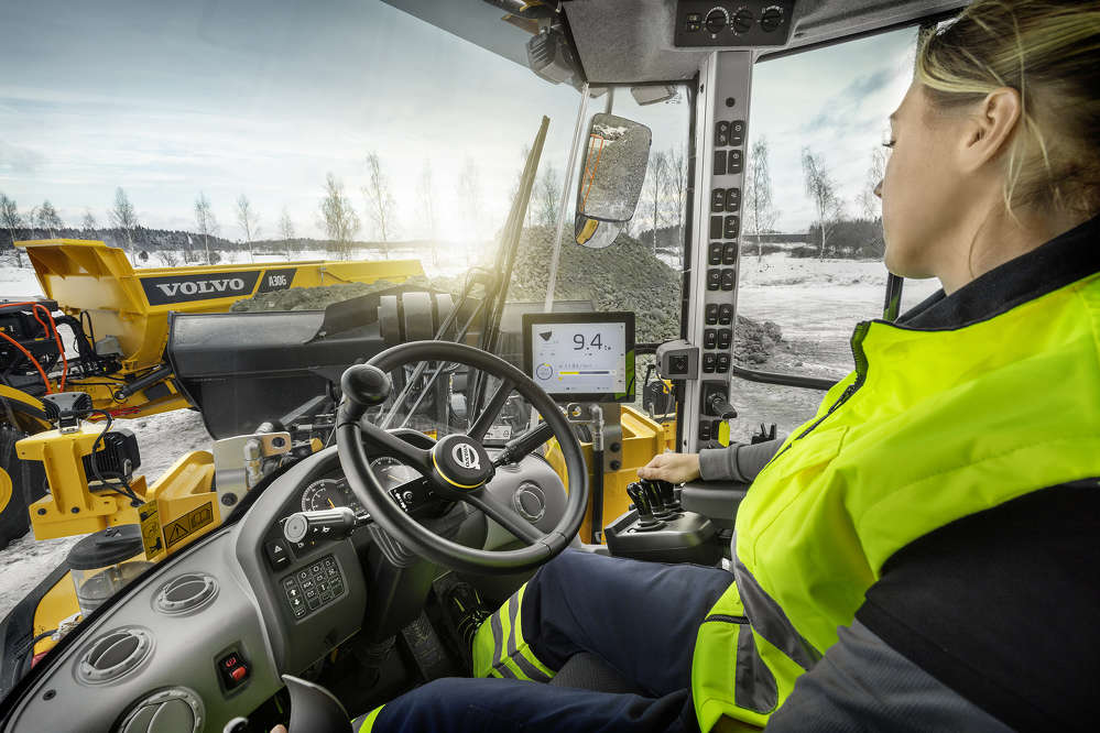 In addition to real-time payload information, the Co-Pilot interface displays bucket angle and machine angle in real-time, helping the operator more efficiently and safely load and dump materials.