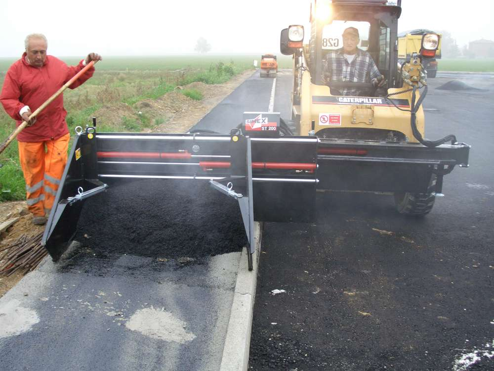 The ST 200 asphalt float features side float functionality for shoulders and trench work.