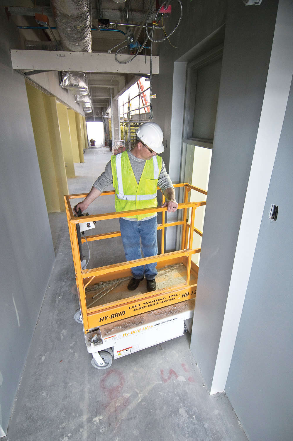 Some lifts feature a compact body and a zero-turn radius, allowing for easy navigation around corners, through hallways, and under overhead fixtures and support beams. These lifts are narrow enough to fit through doorframes and even inside elevators.