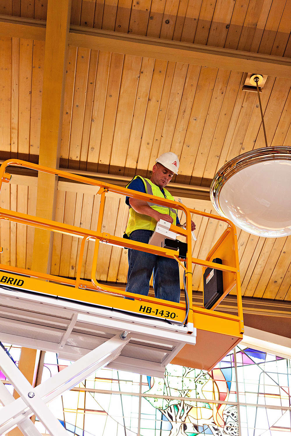 Some scissor lift manufacturers incorporate fully enclosed railings and kickboards around the platform to protect laborers above and below. This keeps materials and tools safely inside the platform, preventing any from falling and potentially hitting another worker.