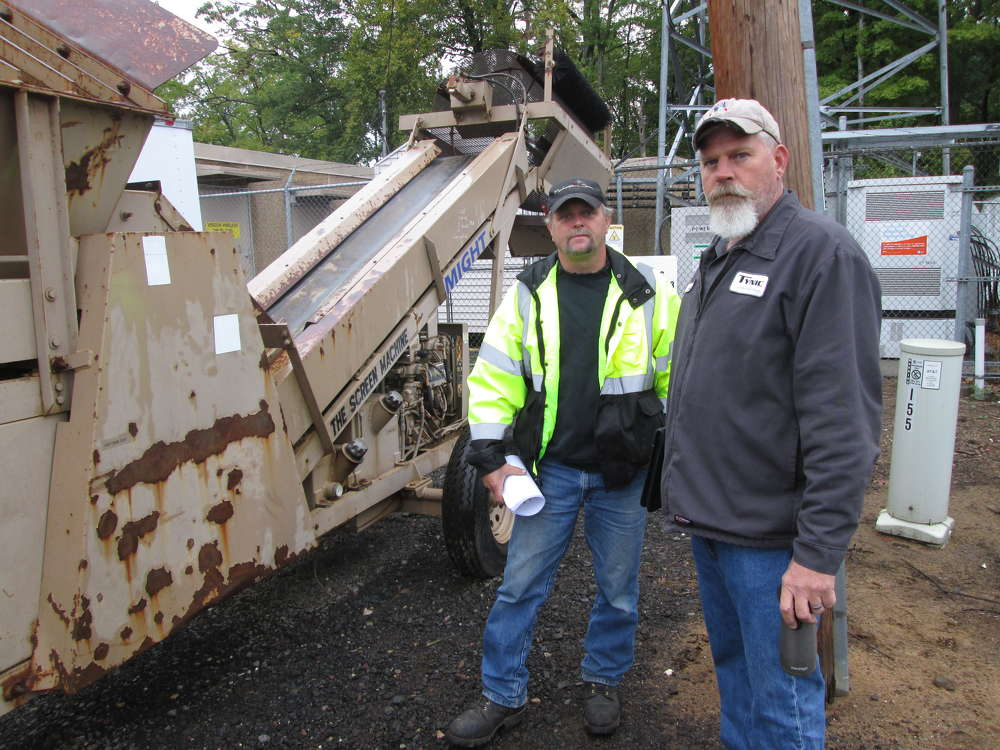 Bob Sweatland (L) of Sweatland Excavating, Agawam, Mass., and Scott Laman of TYNIC Landscaping, Southwick, Mass., look at a screener.
