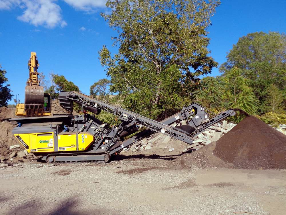 The RM 70GO! 2.0 is a compact mobile crusher that produces up to 120 tons (109 t) of cubic high-quality grain per hour. Weighing just 19 tons (17 t), the RM 70GO! 2.0 is amongst the most lightweight crushers.