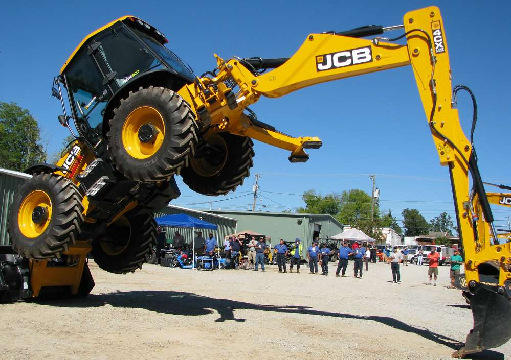 Tom Frazier, backhoe-loader product specialist of JCB, based in Savannah, Ga., puts on a show for the crowd using this JCB 4CX backhoe.