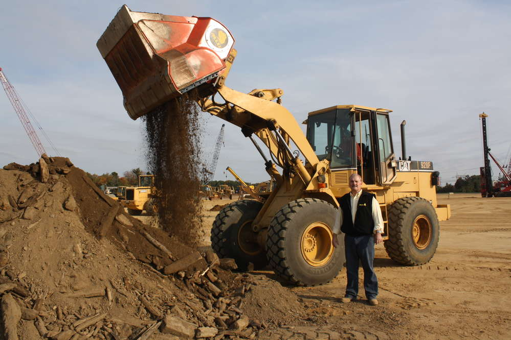 Dale Mickle, V.P. of sales at ALLU, stands by as a Cat 928F wheel loader is used to demonstrate the crushing, screening and loading power of the ALLU M-Series.