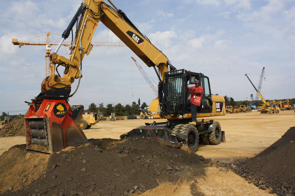 Keidron Alexander enjoys the demo and the power of the Cat M318D and the ALLU pipeline padder.