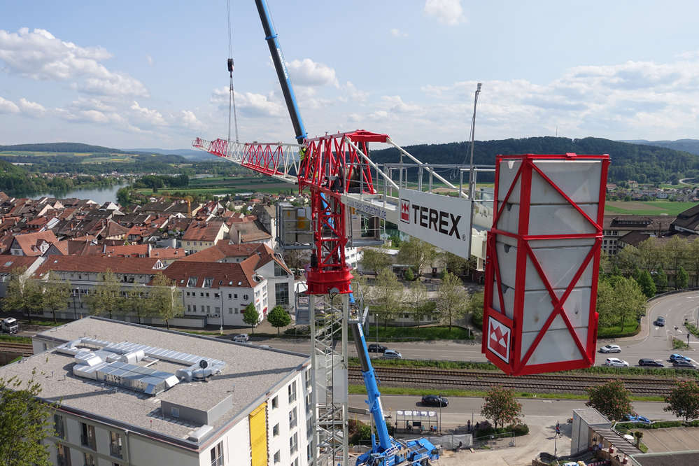 When directly compared with its predecessor, the new machine offers at least 220 lbs. (100 kg) more capacity along the entire length of the jib.
