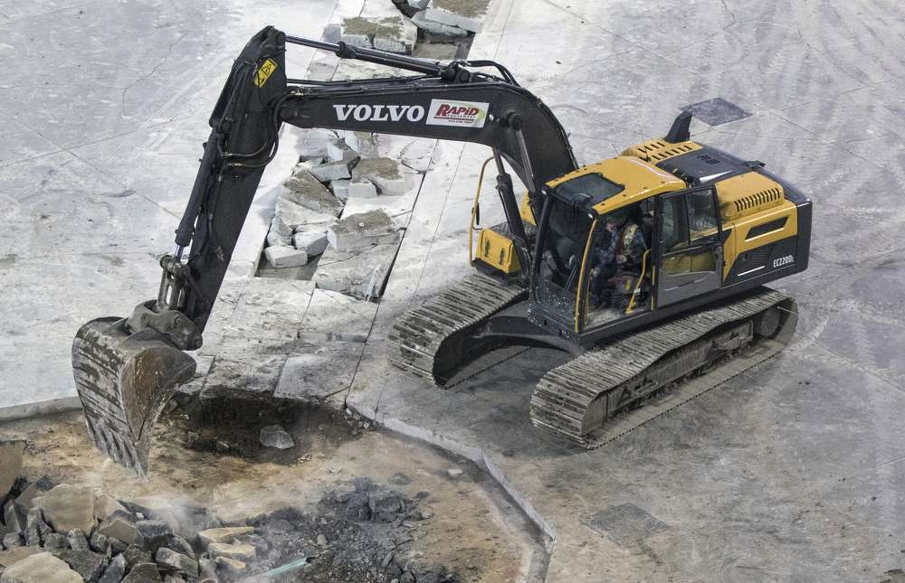 The Volvo EC220E makes light of the heavy-duty job, breaking up the concrete quickly and efficiently.