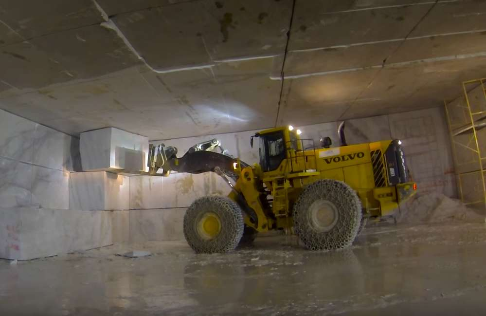 The Volvo L350F wheel loader handles the marble blocks with ease due to impressive lifting forces.