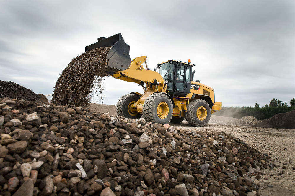Designed with increased payload, faster cycle times and higher hydraulic power, the Cat 930M Ag Handler efficiently meets the needs of the agricultural market.