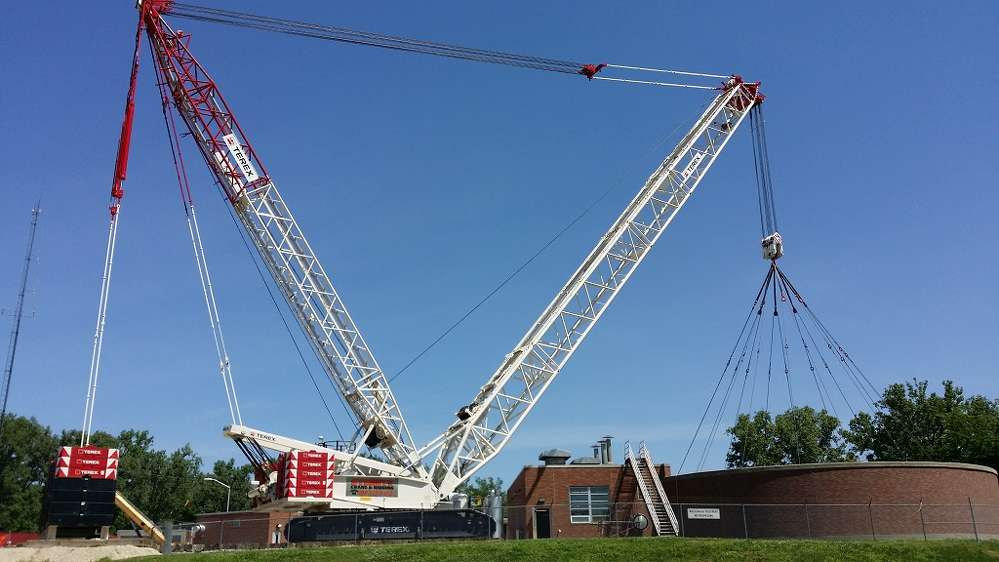 Normally, assist equipment would be called in to unstack and restack tray counterweight as it maneuvers around the obstruction, but the CC 2400-1 crawler crane features variable tray positioning for the Superlift structure that increases the crane's flexibility for use in congested areas.