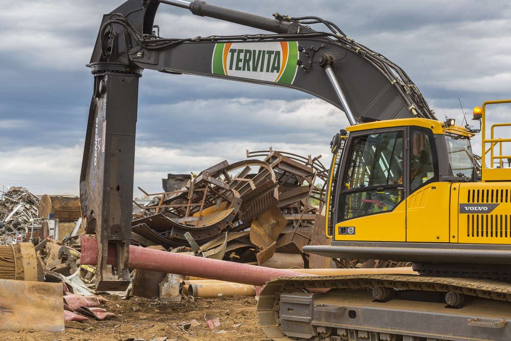 At the sorting and cutting stage, Tervita puts four Volvo crawler excavators to work, including an EC340, EC350, EC380 and EC480D.