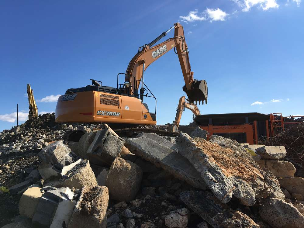 The Case CX300D kept the Rockster impact crusher fed with concrete and granite.
