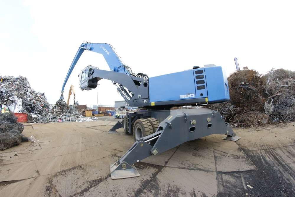 The heavy duty Fuchs MHL390 F material handler unseats the MHL380 handler as the largest and most productive machine in the Fuchs product line.