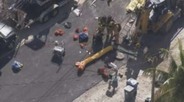 Multiple people began to rescue the workers from the manhole.